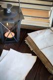 Gemachte alte Blätter Papier, Bücher und Kerze Stockbild