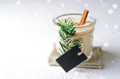 Gemada, bebida tradicional do Natal, cocktail com canela e noz-moscada por feriados de inverno fotografia de stock