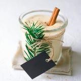 Gemada, bebida tradicional do Natal, cocktail com canela e noz-moscada por feriados de inverno imagens de stock