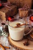 Gemada tradicional da bebida do Natal com canela, estrelas do anis imagem de stock