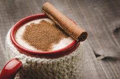 Gemada tradicional da bebida do Natal em uma caneca vermelha/Chri tradicional foto de stock royalty free