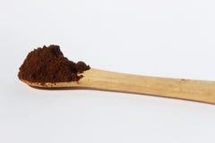 Gemahlener Kaffee auf dem hölzernen Löffel lokalisiert auf weißem Hintergrund Lizenzfreies Stockfoto