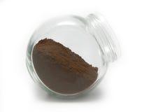 Gemahlener Kaffee in einem Glas Stockbild