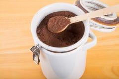 Gemahlener Kaffee in einem keramischen Kanister Stockbilder