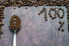 Gemahlener Kaffee in einem Löffel auf hölzernem Hintergrund Stockbild