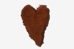 Gemahlener Kaffee in Form des Herzens lokalisiert auf Weiß Lizenzfreies Stockfoto