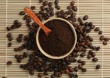 Gemahlener Kaffee mit einem Löffel Stockbilder