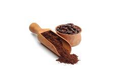 Gemahlener Kaffee und Kaffeebohnen Stockfotos