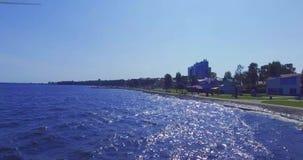 Gemakkelijk stijg vlucht bij zonnige dag boven stadsdijk stock video