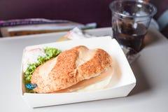 Gemakkelijke die maaltijd met hamburger op het vliegtuig wordt gediend Stock Afbeeldingen