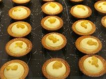 Gemakkelijke en Heerlijke eigengemaakte roomkazen scherp op ovendienblad klaar te bakken, pastei van mangokazen, dozijn scherpe r stock foto's