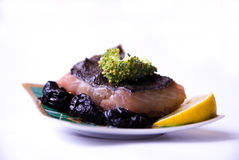 Gemakkelijke maaltijd van vissen een bot, broccoli, pruim a Stock Foto's