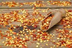 Gemalen Chili Peppers Flakes And Corns op Houten Raad royalty-vrije stock foto
