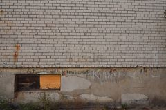 Gemalt, Backsteinmauer auf der Straße lizenzfreies stockfoto