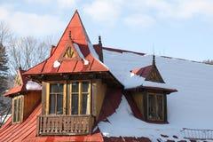 Gemalt im roten schrägen Dach in Zakopane Stockbild