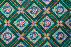 Gemalt verzieren geometrische und Blumenmuster die Decke eines Palastes in Peking (China) Lizenzfreies Stockfoto