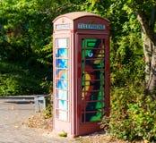 Gemalte alte rote Telefonzelle, Telefonkasten, gemalt in unterschiedlichem Col. Lizenzfreie Stockfotos