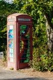Gemalte alte rote Telefonzelle, Telefonkasten, gemalt in unterschiedlichem Col. Stockbild
