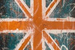 Gemalte Betonmauer mit verblaßten Graffiti der britischen Flagge Stockfotografie