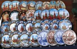 Gemalte bunte Andenkenplatten mit dem Symbol des Moskaus Stockfotos
