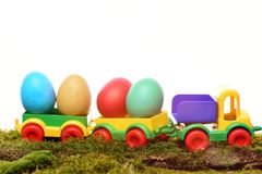 Gemalte bunte Eier Ostern im Plastikauto spielen Lizenzfreie Stockfotografie