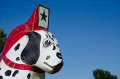 Gemalte Dala Pferdehölzerne Statue Dalmation sitzt Hund außerhalb der Scandia-Feuerwehr lizenzfreie stockfotos