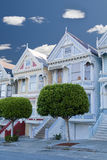 Gemalte Damen: Victorianhäuser in San Francisco stockfotos