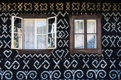 Gemalte Dekorationen auf Wand des Blockhauses in Cicmany, Slowakei Lizenzfreie Stockbilder