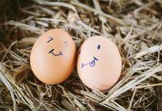 Gemalte Eier über Gefühl auf dem Gesicht Stockfoto