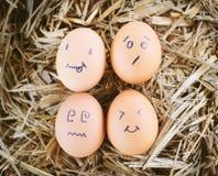 Gemalte Eier über Gefühl auf dem Gesicht Lizenzfreies Stockfoto