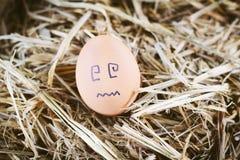 Gemalte Eier über Gefühl auf dem Gesicht Lizenzfreie Stockfotografie
