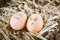Gemalte Eier über Gefühl auf dem Gesicht Stockfotografie