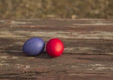 Gemalte Eier auf einem Holztisch lizenzfreie stockbilder
