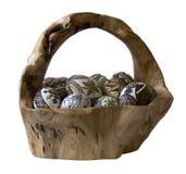 Gemalte Eier im handgemachten hölzernen Korb getrennt Stockfotos