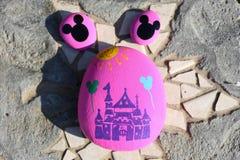 Gemalte Felsen eines Schlosses und der Mickey Mouse-Köpfe Lizenzfreies Stockfoto