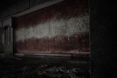 Gemalte Flagge von Lettland auf der schmutzigen alten Wand in einem verlassenen ruinierten Haus stockfoto
