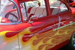 Gemalte Flammen auf Auto Stockfotos