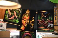 Gemalte Galeriephotographien an sich hin- und herbewegendem Markt Pattayas stockfoto
