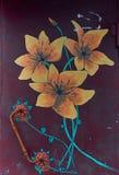 Gemalte gelbe Blumen auf einem dunklen Hintergrund Tür-Knopf lizenzfreie stockfotos