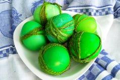 gemalte grüne Eier verziert mit einem Seil für Ostern Stockfotos