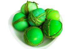 gemalte grüne Eier verziert mit einem Seil für Ostern Lizenzfreie Stockfotografie