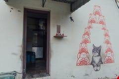 Gemalte Grey Color Cat Looking Red-Karikatur-Katzen auf der Wand von der Straße von George Town Penang, Malaysia Lizenzfreies Stockbild