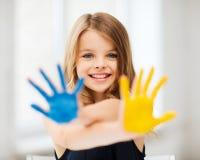 Gemalte Hände des Mädchens Vertretung stockfotografie