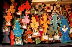 Gemalte hölzerne Kreuze lizenzfreies stockbild