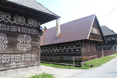 Gemalte hölzerne Blockhäuser im Museum in Cicmany, Slowakei Lizenzfreie Stockfotos