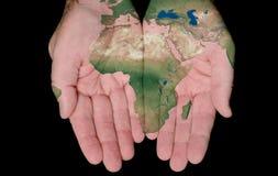Gemalte Karte von Afrika in unseren Händen Stockfoto