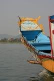 Gemalte Muster verzieren den Bogen eines Bootssegelns auf einem Fluss nahe Farbe (Vietnam) Stockfoto