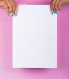 Gemalte Nägel und weißes Blatt Lizenzfreie Stockfotografie