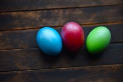 Gemalte Ostereier auf h?lzernem Hintergrund stockfoto