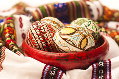 Gemalte Ostereier auf Lehmtonwaren Stockbild